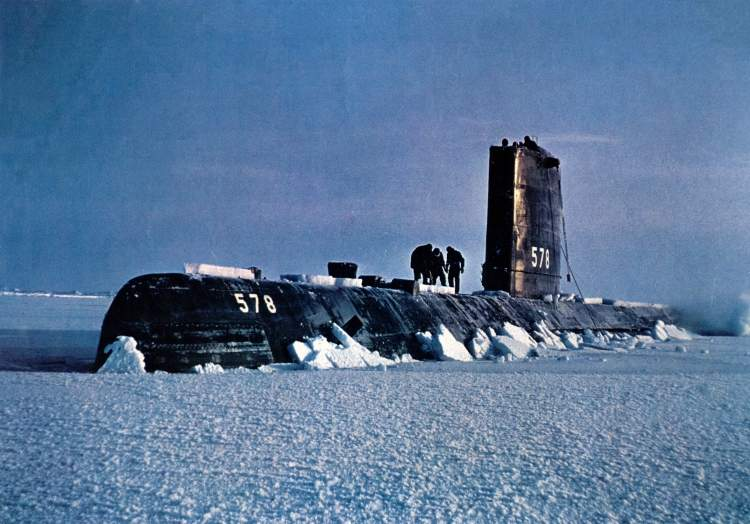 USS_Skate_(SSN-578)_surfaced_in_Arctic_-_1959